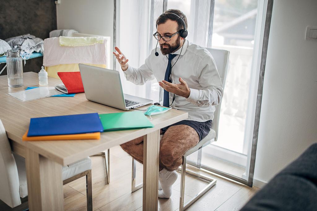 PCデスクを使用している人の画像
