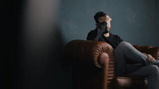 落ち込んでいる男性の写真